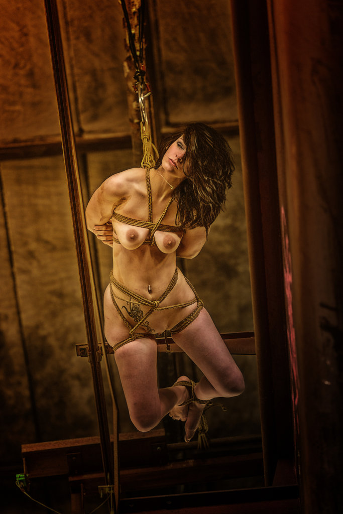 bondage-fetisch-lost-place-modell-desty-ropemotion-svenspannagel-fotografie-zoom-in.jpg