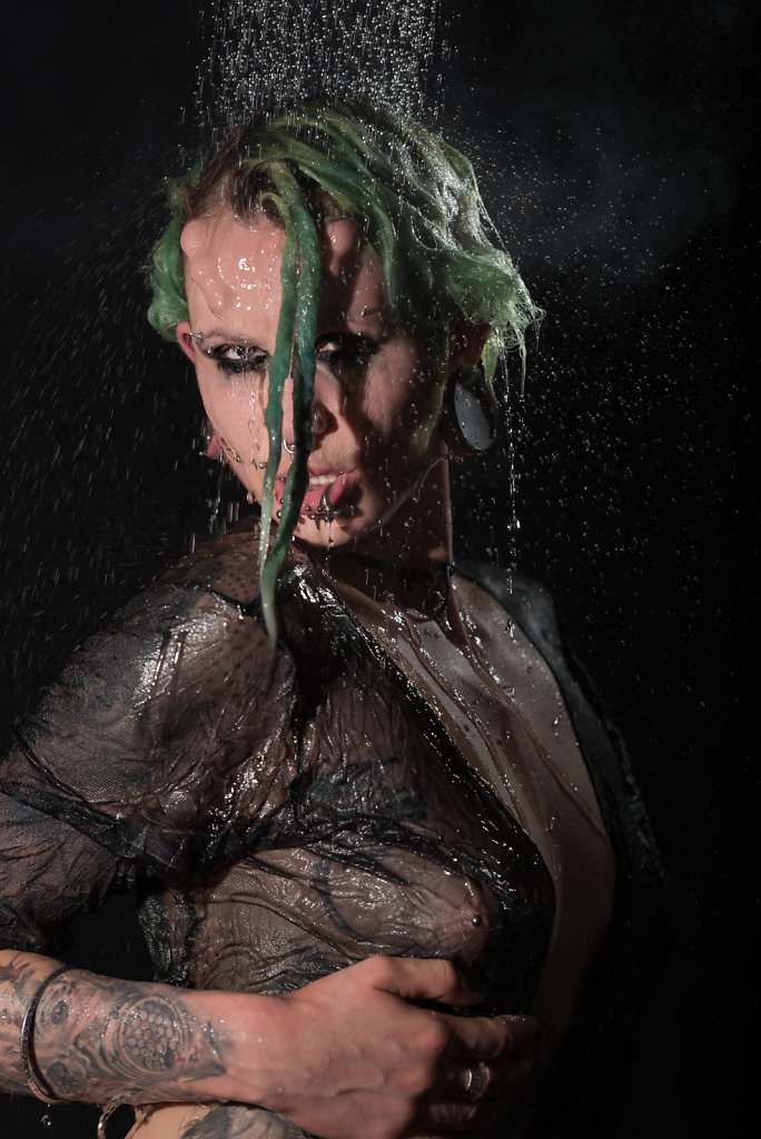 suma-fetisch-piercing-tattoo-model-svenspannagel-fotografie-dusche.jpg