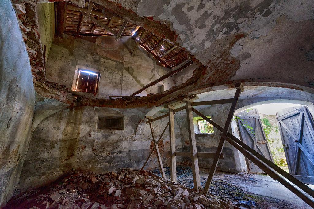 Lost-place-italien-im-schatten-des-atoms-all-ombra-dell-atomo-verlassendes-dorf-svenspannagel-fotografie-urbex-27.jpg