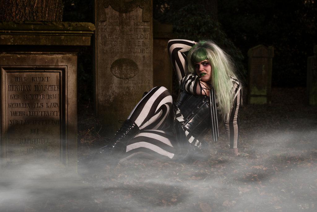 Beetlejuice-timburten-horror-Friederike-van-Frankenstein-svenspannagel-fotografie-scary-friedhof-gothic-1.jpg