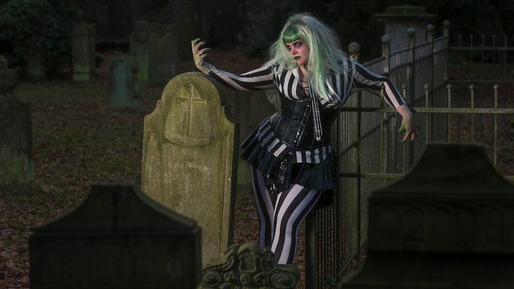 Beetlejuice-timburten-horror-Friederike-van-Frankenstein-svenspannagel-fotografie-scary-friedhof-gothic-5.jpg