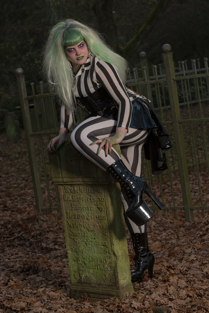 Beetlejuice-timburten-horror-Friederike-van-Frankenstein-svenspannagel-fotografie-scary-friedhof-gothic-6.jpg