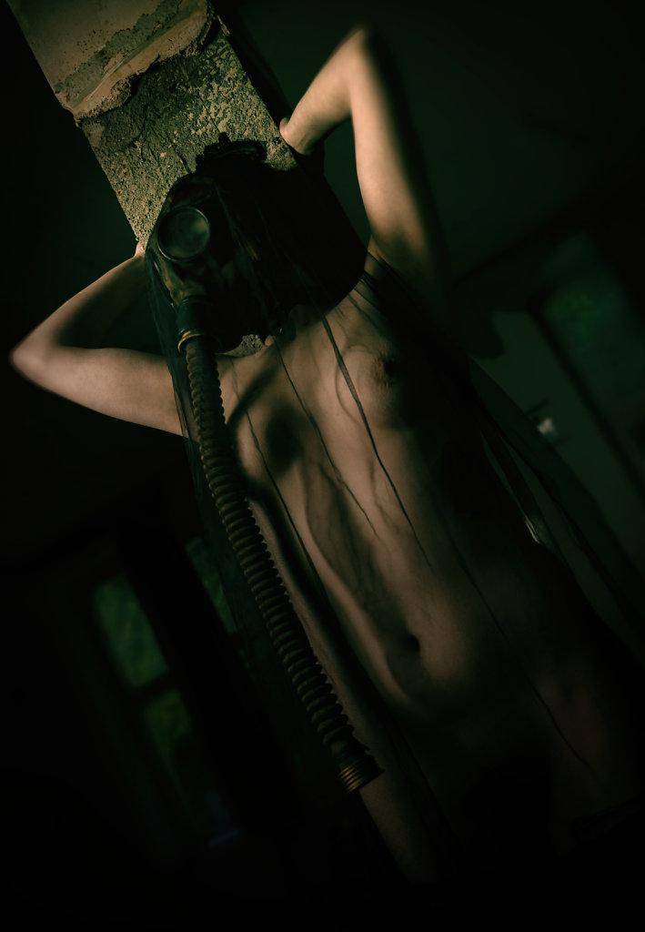 Whiskey-rocks-gasmasken-svenspanangel-fotografie-fetisch-bdsm-lost-lostplace-urbex-nude-akt-4.jpg