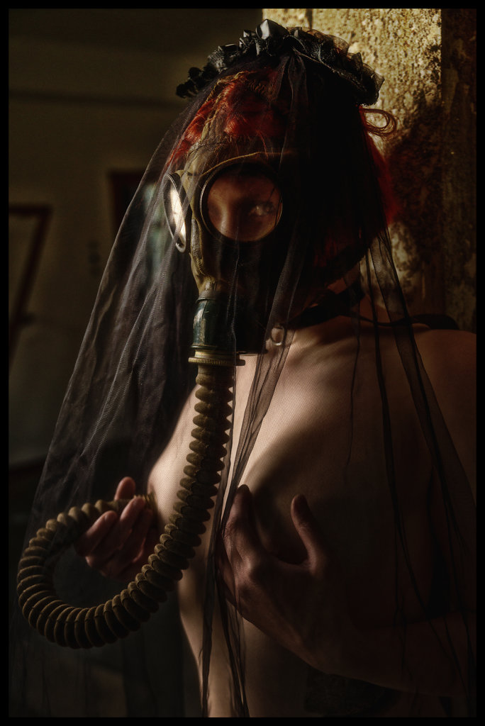 Whiskey-rocks-gasmasken-svenspanangel-fotografie-fetisch-bdsm-lost-lostplace-urbex-nude-akt-5.jpg