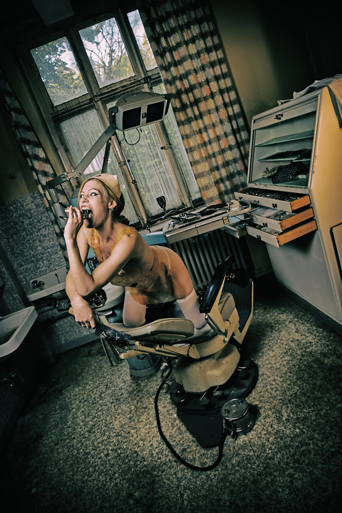 averia-andergast-lostplace-zahnarzt-fetisch-latex-svenspannagel-fotografie-urbex-1.jpg